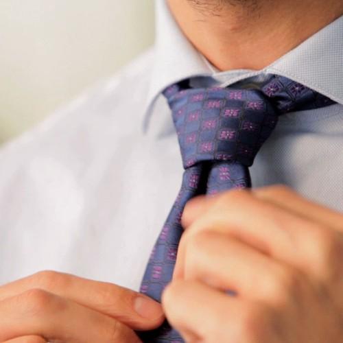 Ako zladiť kravatu s košeľou?